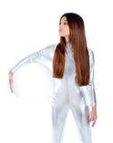 futuristic glass kvinna för hjälmholdingsilver Royaltyfria Bilder
