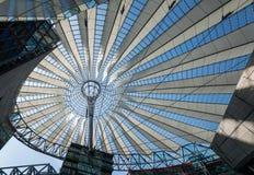 Futuristic tak på den Sony mitten, Potsdamer Platz, Berlin, Tyskland Royaltyfria Bilder