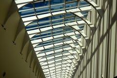 Futuristisch architectuurplafond met diepe schaduwen Stock Foto