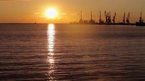 Futuristisch landschap met silhouetten van kraan Mooie zonsondergang in de haven Zeehavengebied bij avond stock video