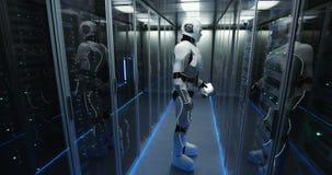 Futuristische androide Roboterfunktion im Serverraum stock video footage