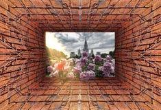 Futuristische Ansicht des alten Tunnels mit hereinkommendem Campus der Backsteinmauer, des trockenen Efeus und des roten sportlic stockbild