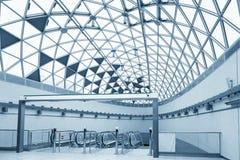 Futuristische architectuur met grote vensters Stock Afbeelding