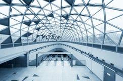 Futuristische architectuur met grote vensters Stock Foto's
