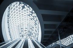 Futuristische architectuur met grote vensters Stock Afbeeldingen