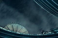 Futuristische Architektur in einer dunklen Nacht Stockbilder