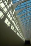 Futuristische Architekturdecke mit tiefen Schatten Stockfotos
