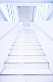 Futuristische begrifflichtreppen in der weißen Halle Stockfoto