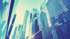 Futuristische blaue getonte Manhattan-Wolkenkratzer bei Sonnenuntergang, NYC Lizenzfreies Stockbild