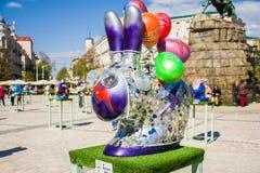 Futuristische Cyberkunstzahl Osterhase oder Kaninchen mit Glasaugen, Zeichen des Blitzes auf der Seite in der purpurroten Farbe S Lizenzfreie Stockfotografie