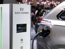 Futuristische elektrische Konzeptautoaufladung Stockfotos