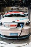 Futuristische elektrische Konzeptautoaufladung Stockfotografie
