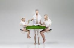 Futuristische familie bij ontbijt Stock Afbeeldingen
