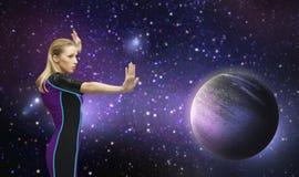 Futuristische Frau über Planeten und Sternen im Raum Lizenzfreies Stockfoto