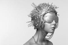 Futuristische Frau im Metallsturzhelm und -gläsern lizenzfreies stockfoto