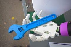Futuristische mensenhand, wit die robotwapen op een 3d printer wordt gedrukt stock foto