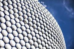 Futuristische moderne de bouw buitenbekleding bij het winkelcomplex in het centrum van Birmingham, Engeland Blauwe spelden van royalty-vrije stock fotografie