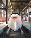 Futuristische rode trein binnen een oude kolenmijn Stock Foto's