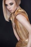 Futuristische sexy Frau im goldenen Kleid Lizenzfreies Stockbild