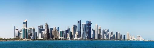 Futuristische Skyline von Doha in Katar lizenzfreies stockbild