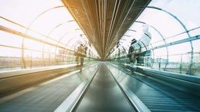 Futuristische skywalk met vage passagiers Stock Foto