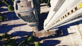 Futuristische Stadt, Stadt Architektur der Zukunft Schattenbild des kauernden Geschäftsmannes Super realistische Animation 4K stock video