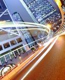 Futuristische stedelijke stad bij nacht Stock Afbeelding