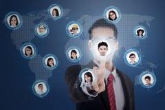 Futuristische touchscreen en zakenman op blauw Stock Fotografie