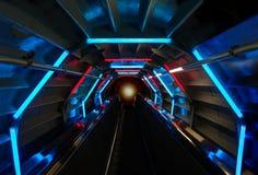 Futuristische tunnelachtergrond met blauwe en rode het gloeien lichten het abstracte binnenland van de perspectiefmening Stock Afbeeldingen