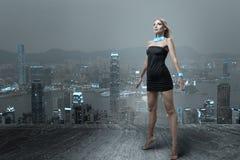 Futuristische vrouw in nachtstad Royalty-vrije Stock Afbeeldingen