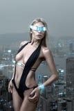 Futuristische vrouw in nachtstad Royalty-vrije Stock Fotografie
