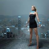 Futuristische vrouw in nachtstad Stock Foto