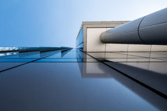 Futuristische Wolkenkratzer mit Hintergrund des blauen Himmels Lizenzfreies Stockbild