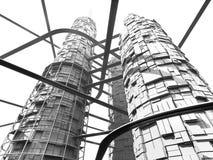Futuristischer Industrie-Wolkenkratzer und Einschienenbahnen Stockbilder