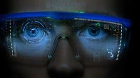 Futuristischer Monitor auf Gesicht mit Code- und Informationshologramm Auge hud Animation Zukünftiges Konzept Lizenzfreie Stockfotos