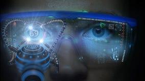 Futuristischer Monitor auf Gesicht mit Code- und Informationshologramm Auge hud Animation Zukünftiges Konzept Stockbild
