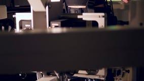 Futuristisches, bionisches Gerät für die Beinausbildung 4K stock video footage
