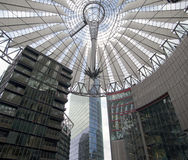 Futuristisches Dach bei Sony Center, Potsdamer Platz, Berlin, Deutschland. Stockfotos