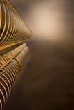 Futuristisches Gebäude in einer bewölkten Nacht lizenzfreie stockfotos