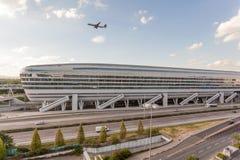 Futuristisches Gebäude am Frankfurt-Flughafen Stockfoto