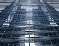 Futuristisches Glasgebäude mit wirtschaftlicher Zusammenarbeit Stockbild