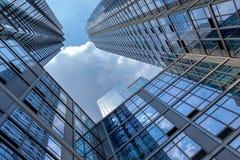 Futuristisches Glasgebäude mit wirtschaftlicher Zusammenarbeit Lizenzfreie Stockbilder