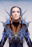 Futuristisches Mädchen mit den blauen und orange Energieflüssen Stockfotos