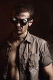 Futuristisches männliches portret in den Gläsern Lizenzfreie Stockbilder