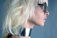 Futuristisches silbernes Glasmädchen der blonden Art und Weise Stockbilder