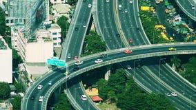 Futuristisches Stadtbildvogelperspektivepanorama mit den Autos, die Landstraße weitergehen Bangkok, Thailand stock video footage