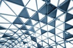 Futuristisk arkitektur med stor glass yttersida Arkivfoto
