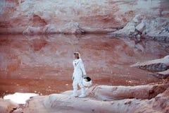 Futuristisk astronaut på en annan planet, bild med Royaltyfri Foto