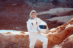 Futuristisk astronaut utan en hjälm på en annan planet, bild med effekten av toningen Arkivbild