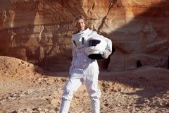 Futuristisk astronaut utan en hjälm på en annan planet, bild med effekten av toningen Royaltyfria Bilder